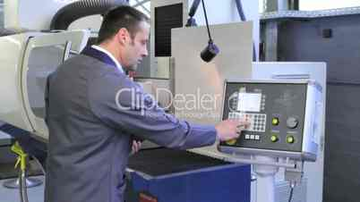 Industriemechaniker an CNC-Maschine