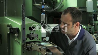 Ingeniuer prueft Maschine