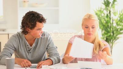 Paar bei der Kalkulation