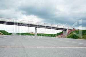 Fast fertiger Neubau einer Autobahn 621