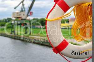 Rettungsring und Kran im Hafenanleger Berlin Spandau