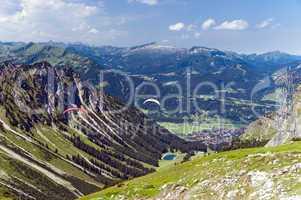 Paraglider in den Alpen