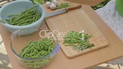 CLIP EDIT Cutting of the stalk and slicing green beans into parts