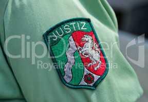 Abzeichen Justiz auf einem Hemdsärmel Justice badge on a shirt s