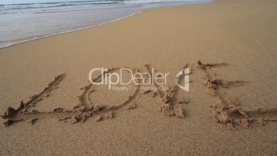 """Love"" im Sand"