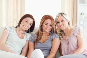 junge Frauen relaxen auf der Couch