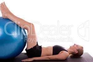 Junge Frau mit Gymnastikball