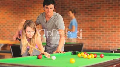 Paar beim Billiard