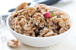 Walnüsse in Schale / walnuts in bowl
