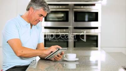 Mann mit dem Tablet