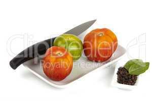 Schale mit frischen Bio Tomaten und Messer - Bowl of fresh organic tomatoes and knife