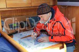 Skipper am Kartentisch
