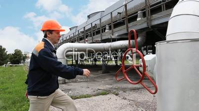 worker comes and twists closing valve
