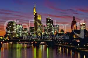 Skyline im Abendrot zur Nacht in Frankfurt am Main