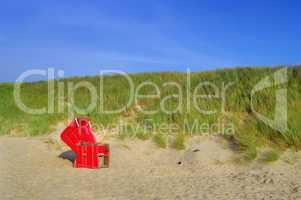 Roter Strandkorb an der Düne auf Sylt Nordsee