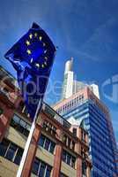 Europaflagge im Vordergrund im Hintergrund Hochhäuser in Frankfurt am Main