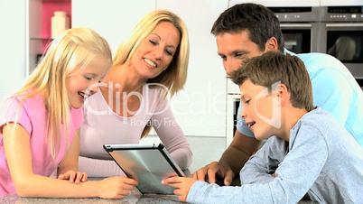 Familie mit dem Tablet