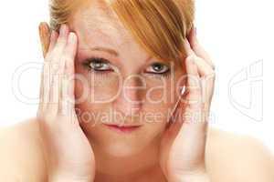 junge rothaarige frau leidet an kopfschmerzen