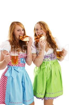 zwei frauen in dirndl mit bier essen brezeln