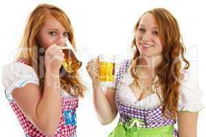 zwei frauen in dirndl mit bier und beim trinken