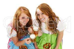 zwei lachende frauen in dirndl mit bier und brezeln