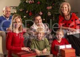 Familie öffnet Geschenke