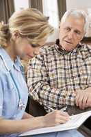 Krankenschwester mit älterem Herren