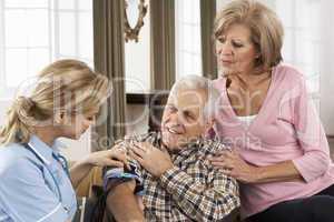Krankenschwester mit älteren Pärchen