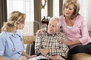 Krankenschwester mit älterem Pärchen
