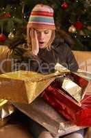 Müde junge Frau mit vielen Geschenken