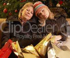 Müde Frauen mit vielen Geschenken
