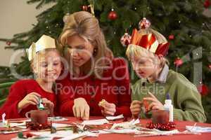 Familie vor dem Christbaum