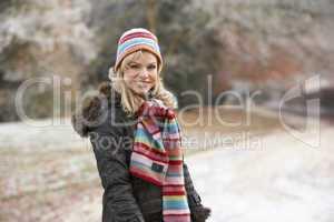 Junge Frau beim spazieren gehen