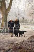 Älteres Pärchen beim Spaziergang