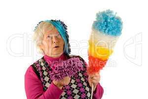Seniorin beim Putzen