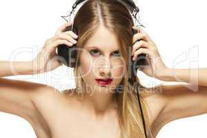 junge schöne frau mit kopfhörern
