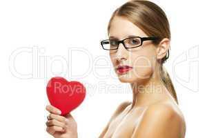 junge schöne frau mit roten lippen und brille hält rotes herz
