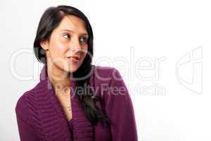 lächelnde Frau in einem lila Pullover