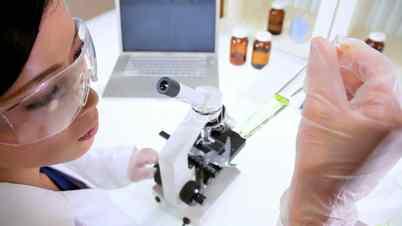 Wissenschaftlerin im Labor