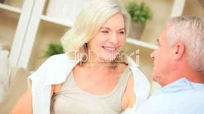 Seniorenpaar im Gespräch