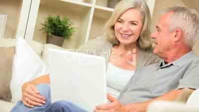 Seniorenpaar mit dem Tablet