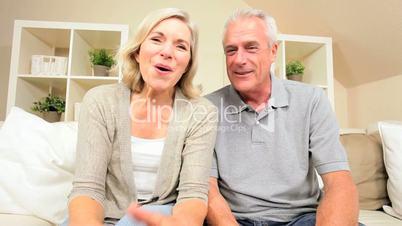Seniorenpaar auf der Couch