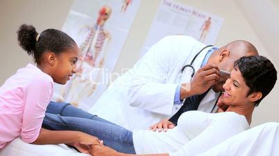 Mutter und Tochter beim Arzt