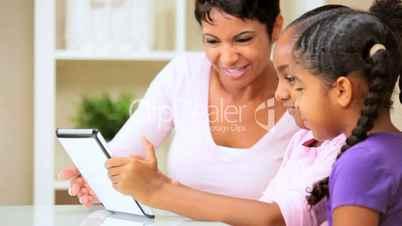 Mutter und Töchter mit dem Tablet