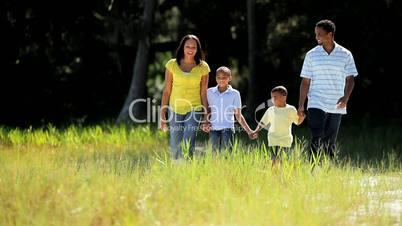 Familie spaziert im Park