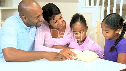 Familie mit dem Buch