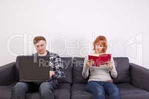 Das junge Paar auf dem Sofa