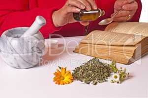 Einnahme von Heilkräutertropfen