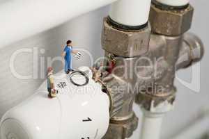 Miniatur Klempner reparieren ein Thermostat