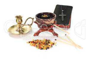 Weihrauch mit Räucherschale und Bibel